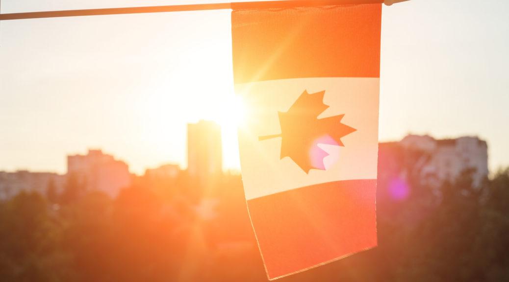 Drapeau du Canada depuis la fenêtre sur fond de coucher de soleil